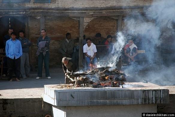 Pashupatinath: sur la Bagmati, la rivière la plus sacrée du Népal, les Ghâts de crémation